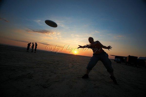 Frisbee Spaß bei Sonnenuntergang